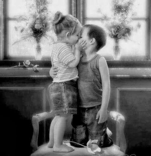 """Lui le chiese""""Mi dai un bacio?"""" Lei rispose """"Non posso, la  mamma non vuole"""" e Lui""""Allora vieni qui ti bacio io che la mia non dice niente"""" dal web"""