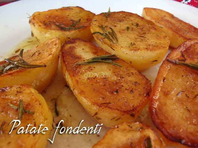 Patate fondenti di Gordon Ramsay:   5-6 potatoes, olive oil a sprig of fresh thyme or rosemary, a little 'butter 200 ml chicken stock salt & pepper . Peel & cut potatoes in half. Season with salt & pepper. Heat oil in a pan & settle the potatoes with the cut side down. Add the sprig of thyme & butter spread them in the pan. Shake pan & when golden turn Over & let them color on the other side. add hot broth & finish cooking in the oven at 200 ° C for 15-20 minutes or in a microwave for 7-8…