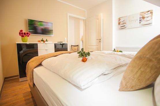 Das Schlafzimmer mit Boxspringbetten für zwei Personen bietet die Schlaf-Couch im Wohnzimmer bequeme Schlafmöglichkeit für bis zu zwei weitere Personen.