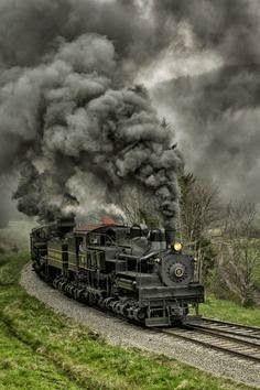 As locomotivas antigas, à carvão, soltavam uma fumaça preta e poluente. - Steam Rolling Black As Coal