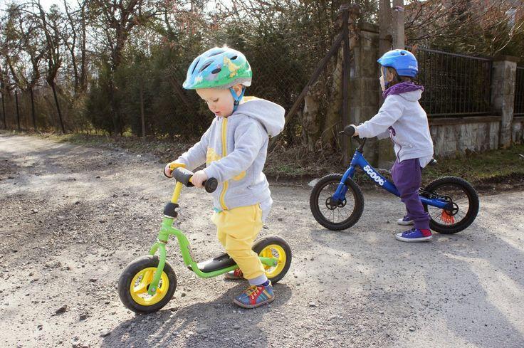 Na pierwszym planie rowerek biegowy Puky LR M a dalej duży rowerek biegowy Ridgeback Scoot XL http://www.aktywnysmyk.pl/231-rowerki-biegowe-ridgeback-scoot-xl