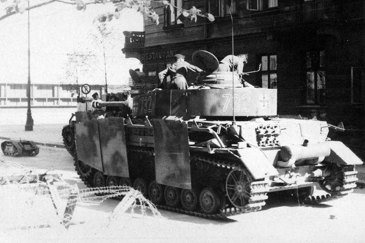 https://flic.kr/p/vQgJzw   Panzerkampfwagen IV (7,5 cm Kw.K. 40 L/48) Ausf. J (Sd.Kfz. 161/2) Nr. 732   Un Goliath est radio-commandé depuis un Panzer IV lang. Il semblerait que nous soyons en France ou en  Belgique.  Courtesy histomil.com  ________ The Panzer Pictures Database   @PanzerDB (Twitter)   panzerdb.com