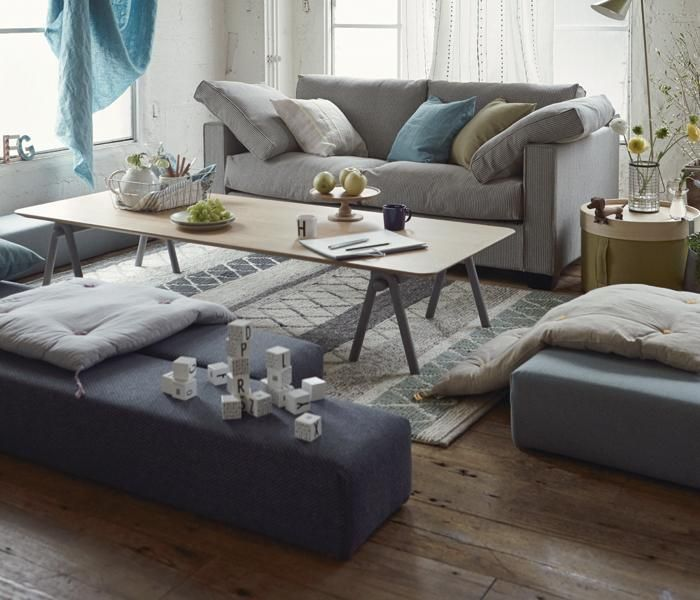 CUBES STOOL キューブ スツール  使い方自由な、LOWスツールシリーズ〈CUBES(キューブ)〉。「リビングにはソファを置く」という定番の考えではなく、空間をより自由に楽しむためにつくられたスツールです。  キューブに座る人、キューブの上に寝そべる人、床に座ってキューブを背もたれや肘掛けにする人。使う場所や人によって、使いかたのパターンが広がるアイテムです。いくつか組み合わせることで人が集まるスペースをつくることもできます。キッズスペースにもおすすめ。 photo3