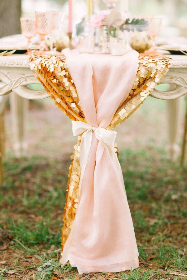 Un chemin de table or et rose poudré très romantique.