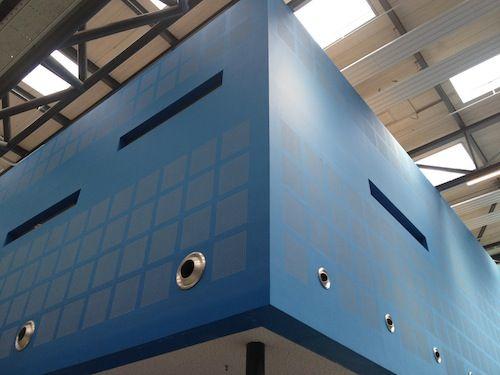 Akoestisch plafond Technische Unie Delft Het plaatsen van deze platen is op zich al een hele kunst, aangezien het heel nauw luistert. Voor een perfect resultaat is de kwaliteit en precisie van het afwerken bestaande uit afplakken, stuken en schuren van essentieel belang. In deze ruimten is namelijk de grootste vijand van elke stukadoor ruimschoots aanwezig, namelijk strijklicht!!!