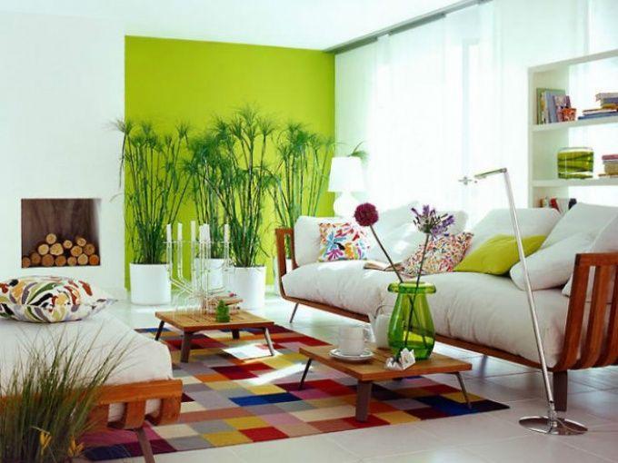 Me encantan las salas con mucha vegetación en su interior. Aveces se puede llevar esa inspiración aún más lejos pintando las paredes de un tono verde. Este en partícular, verde limón, es fresco y vibrante y trasmite mucha energía