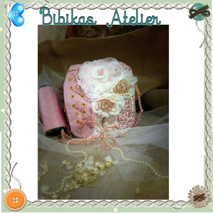 bolsa vintage, estilo romântica, em camurça, aplicação de flores em renda, strass, cordão de perola, fitas,alça em macramê