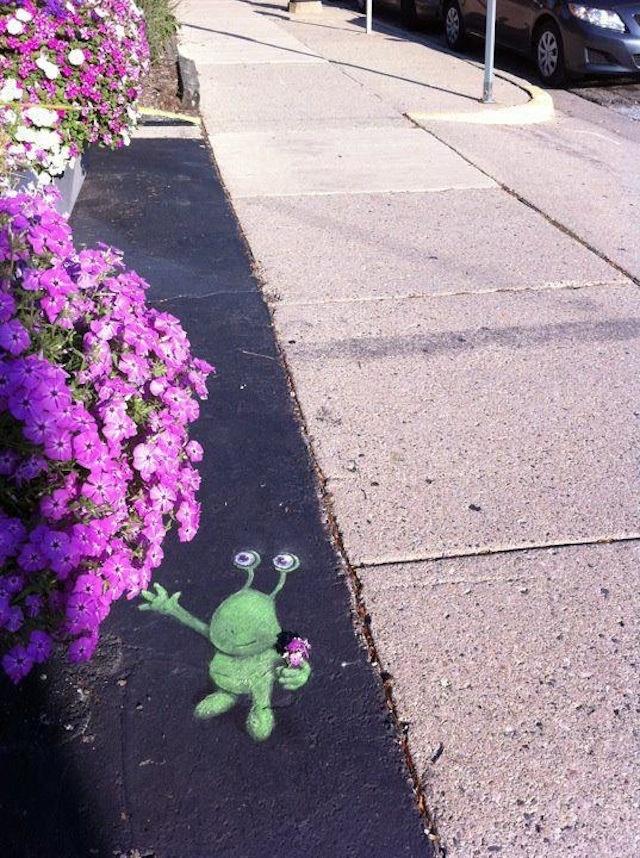Sluggo: l'irresistibile esserino verde nato dalla street art di David Zinn