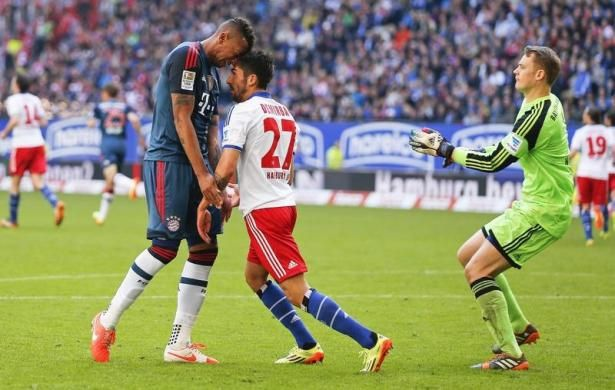 Bayern Munich's Jerome Boateng and Hamburg SV's Kerem Demirbay (C) argue as Bayern Munich goalkeeper Manuel Neuer (R) comes up during their German Bundesliga first division soccer match in Hamburg May 3, 2014. REUTERS/Morris Mac Matzen