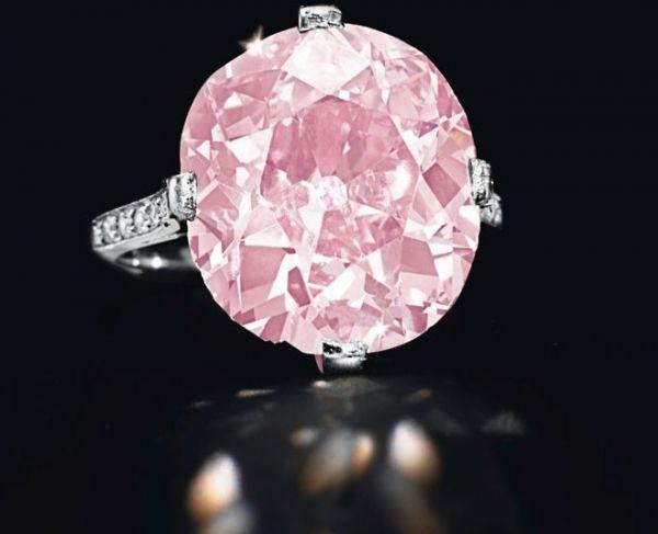 """""""Розовый Кларк"""" – редкий фантазийный розовый бриллиант в 9 карат, ранее принадлежавший американской миллионерше Хьюгетт Марсель Кларк. В 2012 году на аукционе """"Кристис"""" в Нью-Йорке он был продан за 15,7 млн. долларов. Бриллиант огранки """"кушон"""", украшающий золотое кольцо, является самым дорогим розовым бриллиантом, проданным с аукциона в США. Новым хозяином """"Розового Кларка"""" стал владелец компании Stettner Investment Diamonds Бретт Стеттнер."""