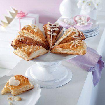 Des parts de galette décorées d'amandes, pignons de pin et billes de sucre pour l'epiphanie