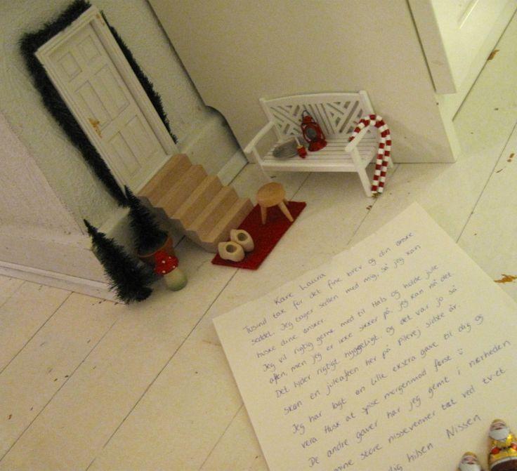 FaiRY DooR at CHRiSTMaS TiMe ____Nissedør og nissedrillerier til jul - Willowlounge.dk Vi havde en lille nisse, der boede hos os hele december måned sidste år. Han har boet her gennem et par år nu, og vi elsker det! Noget af det, jeg elsker mest er, at Laura skriver breve med ham. Herunder kan du læse ét af brevene til ham – og svaret tilbage til Laura.