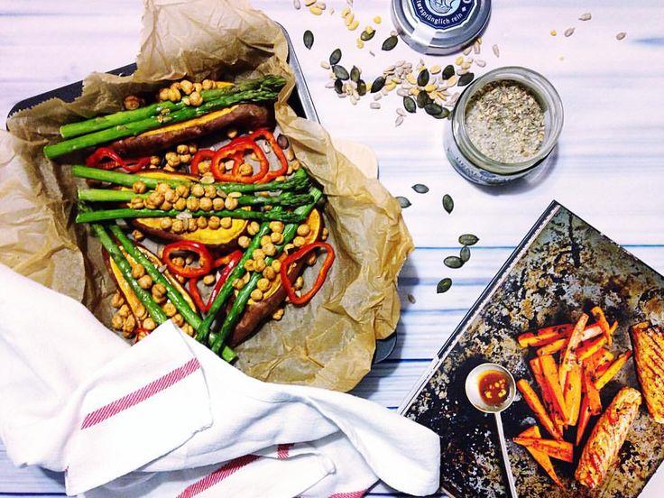 """Polubienia: 83, komentarze: 2 – Joan 🇵🇱🇩🇪 (@yellow_wild_pansy) na Instagramie: """"Dzisiejszą kolację sponsorują pieczone #bataty z szparagami i cieciorką 🍠🌱 . . . . . #feedfeed…"""""""