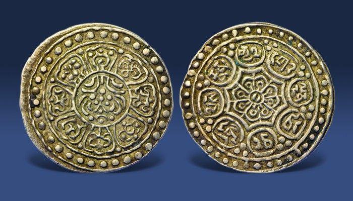 """Skarbnica Narodowa przedstawia jedną z najpiękniejszych monet pochodzących z odległego Tybetu. Ta srebrna Ga-den Thangka datowana jest na przełom XIX i XX w. Jej nazwa nawiązuje do dawnej siedziby Dalaj Lamy − Pałacu """"Ga-den"""".  http://www.skarbnicanarodowa.pl/top5/8-symboli-szczescia-z-tybetu"""
