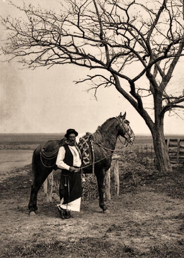 El gaucho, Patrimonio de la Humanidad  El gaucho, arquetipo de nuestra nacionalidad, en la foto de Francisco Ayerza.