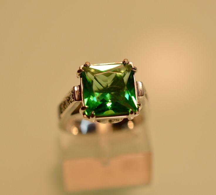 Cristal tonalidad verde contado en plata 925 y circonias laterales