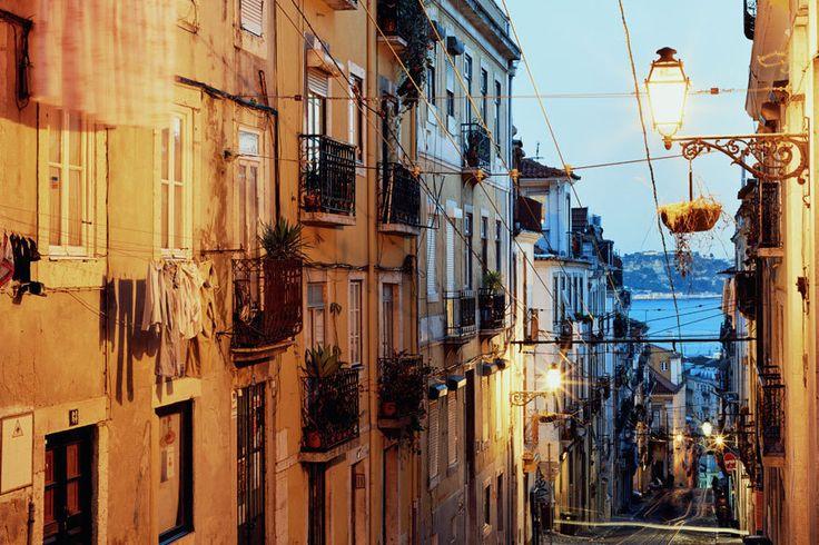 Herzlich, weltoffen und ganz entspannt: So empfängt Lissabon seine Besucher. Selbst im Winter verwöhnt die portugiesische Hauptstadt mit frühlingshaften Temperaturen und durchschnittlich fünf Sonnenstunden pro Tag. Und die Nächte sind richtig heiß...