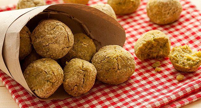 I falafel sono una pietanza araba mediorientale a base di legumi e originariamente erano una valida alternativa alla carne durante i digiuni.