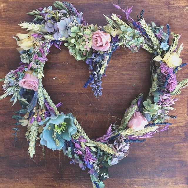 Folky Dokey ❤️'s Dried Flowers... This piece is fully dried apart from 3 artificial's.... The little pink roses's are dried too  #folkydokey #driedflowers #driedflowerwreath #wreath #christmaswreath #christmas #wedding #weddingflowers #weddingdecoration #weddingdecor #heart #bespoke #handmade #driedandartificialmix