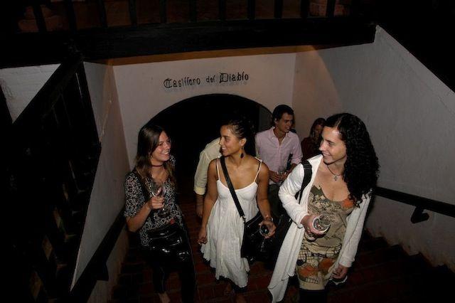 Turistas saliendo bodega, Casillero