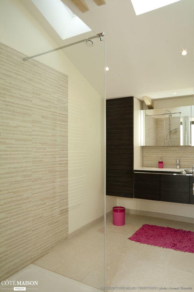 Une grande salle de bains moderne sous les toits avec for Salle de bain sous les toits