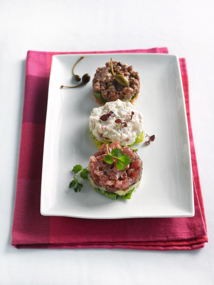 Bereiden: Maak de tartaar van rundsvlees en een tomatensla met basilicum: Doe het vlees in een mengkom en meng met de mosterd, azijn, eierdooiers en een eetlepel olijfolie. Voeg de kappertjes en sjalotjes toe. Breng op smaak met zwarte peper, zout en worcestersaus. Zet de tartaar koud en laat even rusten.