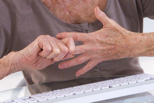 7 exercícios para as mãos que amenizam a artrite
