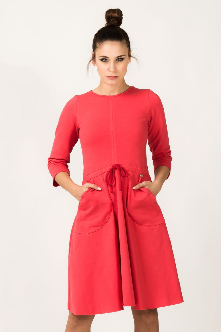 Sukienka z dzianiny dresowej, odcinana w pasie, z dużymi kieszeniami nakładanymi. U szyi wykończona lamówką. Dół sukienki rozkloszowany. Doskonała do pracy jak i na co dzień. Każda kobieta poczuje się w niej wyjątkowa. #modadamska #moda #sukienkikoktajlowe #sukienkiletnie #sukienka #suknia #sukienkiwieczorowe #sukienkinawesele #allettante.pl
