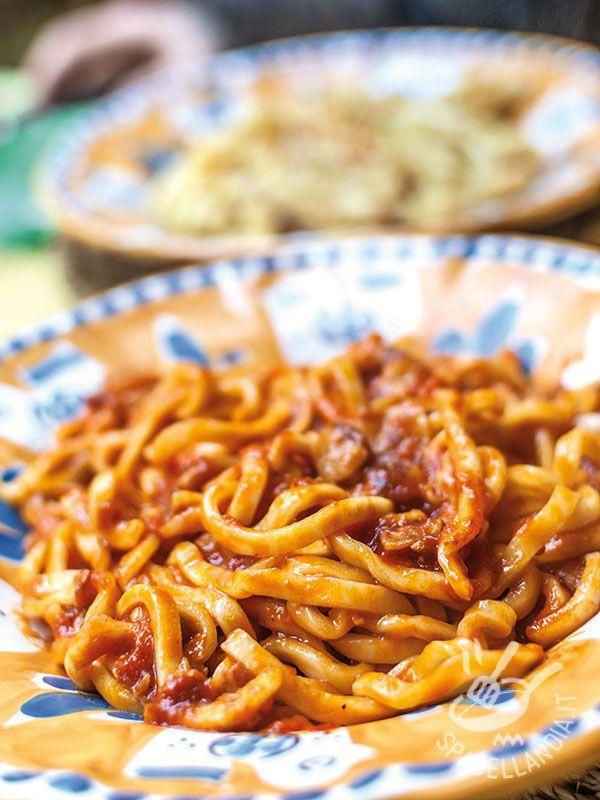 Gli Spaghetti alla chitarra con sugo di agnello sono un piatto rustico molto saporito, una ricetta della nonna che non passa mai di moda!