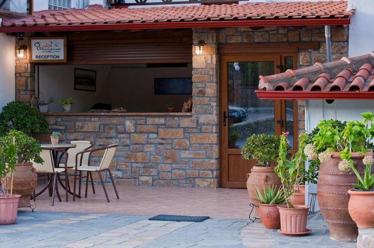 €67 Akti House Apartments and Studios se află în Vourvourou, la doar câțiva pași de plaja de nisip. Oferă grătar și terasă la soare.