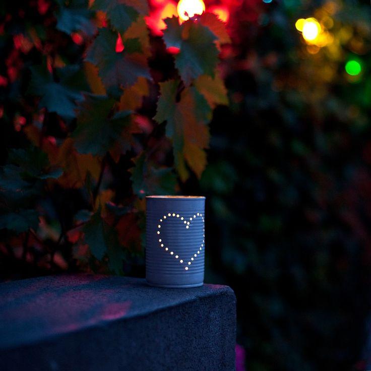 Fabriquer une lanterne avec une boîte de conserve  : Vous cherchez un joli modèle de photophore pour égayer vos soirées d'été ? Vous allez adorer ce modèle récup', fait à partir d'une vieille boîte de conserve. Non seulement ce photophore est poétique et dans l'air du temps, mais en plus, vous allez pouvoir le personnaliser selon les occasions (motifs, prénoms, âge…) A vos marteaux !