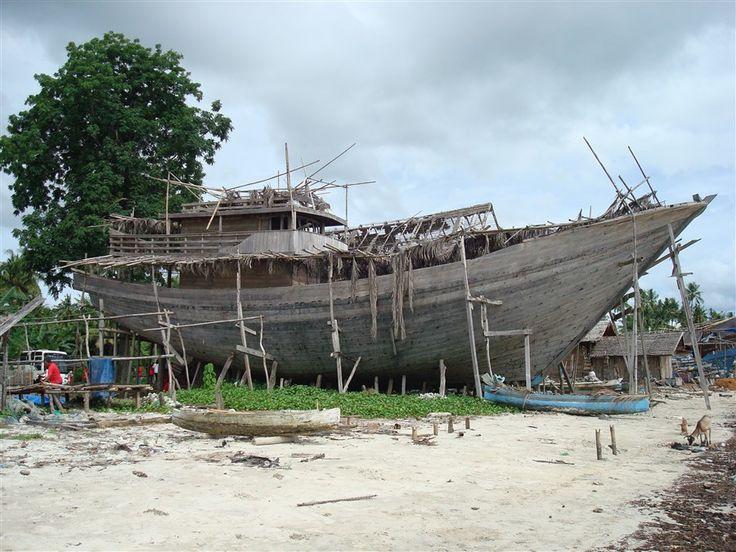 Bouw van traditionele Buginese schoeners op het strand van Bira op Sulawesi.