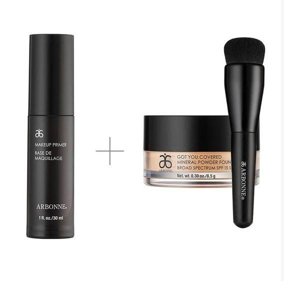 """Utilisez ce combo pour un look """"sans maquillage"""". Premièrement appliquez la base de maquillage pour diminuer l'apparence des pores et ridules et créer une surface lisse. Ensuite, avec le pinceau pour fond de teint minérale en poudre, appliquez votre teinte parfaite de fond de teint minéral en poudre Got you covered FPS15 sur tout le visage!"""