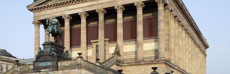 Das Foto zeigt die Alte Nationalgalerie mit vorgelagertem Reiterstandbild Friedrich Wilhelms IV. von Preußen