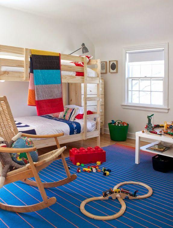 Расположение кровати и комод у окна
