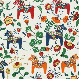 Dieser einzigartige Baumwollstoff von Arvidssons Textil zeigt die für die schwedische Provinz Dalarna berühmten Dalapferde in farbenfrohen Ausführungen. Dieser Stoff wird in Schweden hergestellt.
