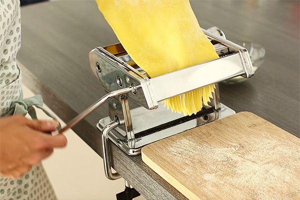 Maak zelf heel makkelijk verse pasta met dit basis recept voor bijvoorbeeld spaghetti, ravioli of lasagne incl tips over pastameel en bewaren