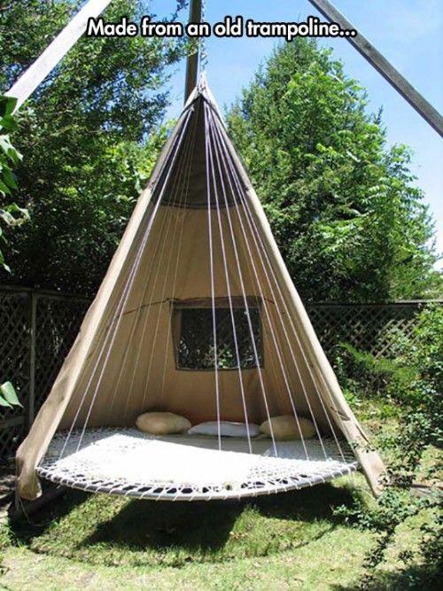 Een bed tipi gemaakt van een oude trampoline, dit misschien niet de beste plek om te lezen zijn.