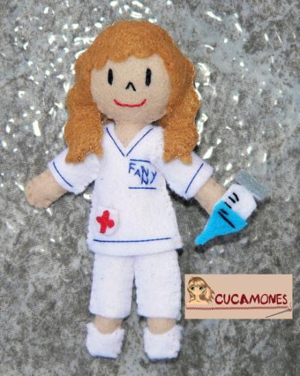 Broche de muñeca enfermera con el uniforme del Hospital, la etiqueta del nombre y la jeringuilla, el estetoscopio,...