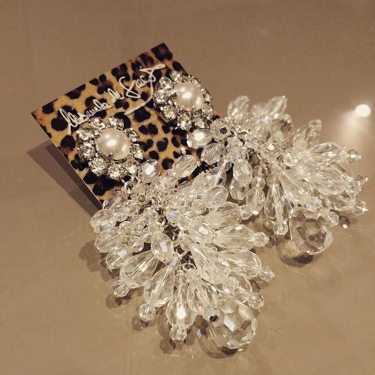Nuovo orecchino ...design ricco ed elegante ma nello stesso tempo semplice!!!     Orecchino trasparente con bottone impreziosito da una perla con swarovsky bianchi!!!    NEW CREATION