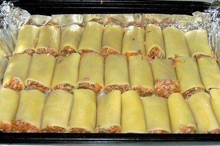 Фото к рецепту: Фаршированные каннеллони, запеченные с сыром