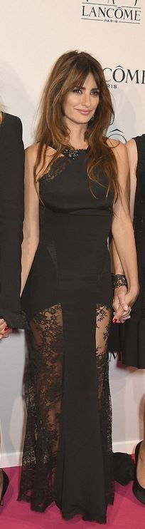 Who made Penelope Cruz's black lace gown?