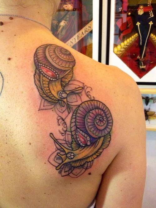 deux jolis escargots tatou s sur l 39 paule tatouage animaux pinterest escargot. Black Bedroom Furniture Sets. Home Design Ideas