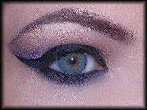 14. Aby złagodzić ewentualne zbyt ostre granice kolorów, sięgam po liliowy cień i nanoszę go na dolnej granicy cieni.
