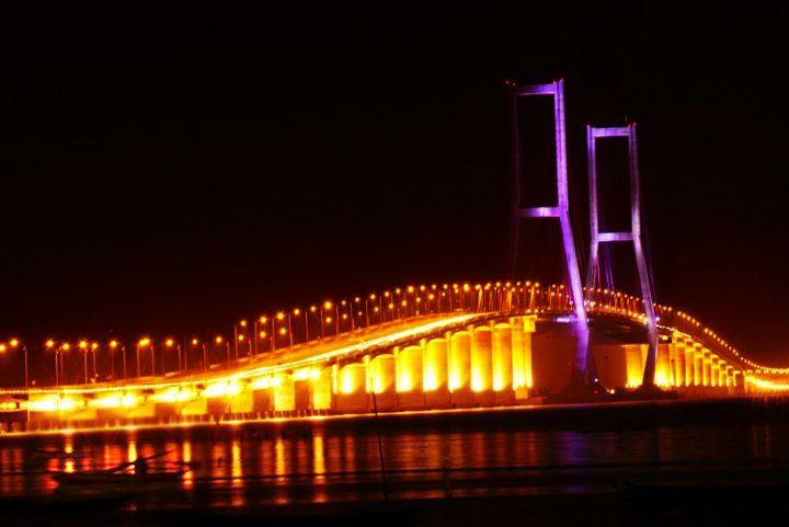 Jembatan Suramadu Pada Malam Hari