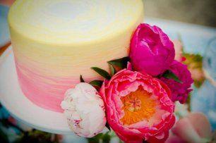 Двухцветный свадебный торт с живыми цветами