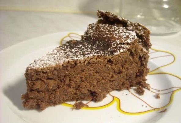 Ζουμερό, σοκολατένιο κέϊκ με αμύγδαλο Υλικά 250 γρ. κουβερτούρα, σε κομματάκια 250 γρ. βούτυρο, σε κομματάκια 250 γρ. ζάχαρη 6 αυγά...