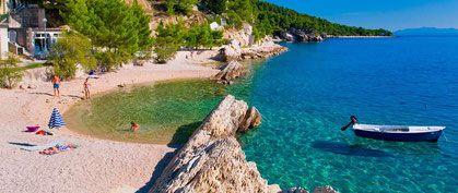 Brela in Croazia. Vieni a trascorrere le tue vacanze qui. Questa è una delle più belle spiagge sabbiose della Croazia. Ti aspettiamo