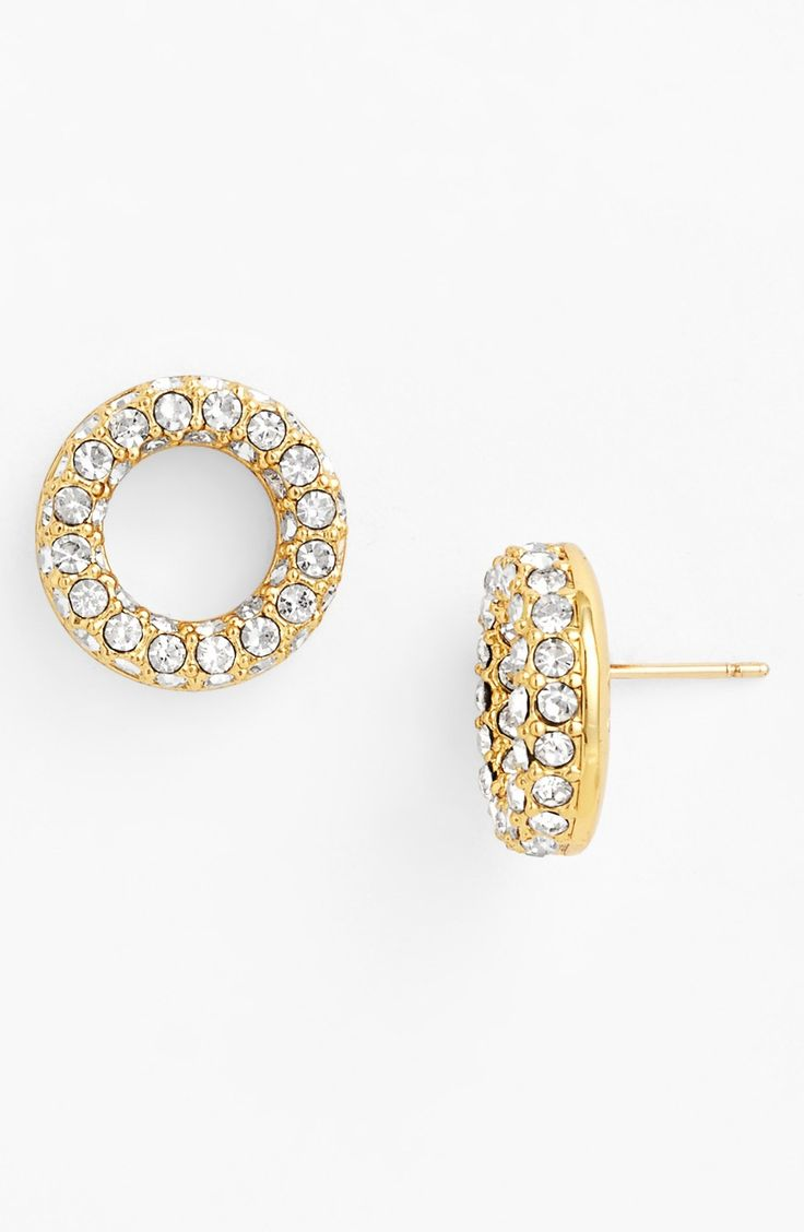 Golden earrings: the right choice will emphasize style and personality