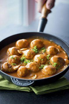 Balletjes in tomatensaus met champignons1. Meng het gehakt met de eieren, mosterd en voldoende paneermeel om een vaste massa te bekomen. Rol mooie ronde balletjes van 3 cm grootte. 2. Smelt een klontje boter in de pan en bak de gehaktballetjes aan alle kanten bruin.